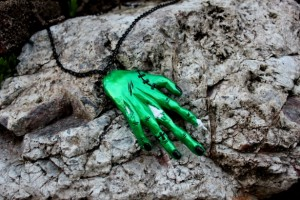 zombihand-necklace-sludge-green-01-web